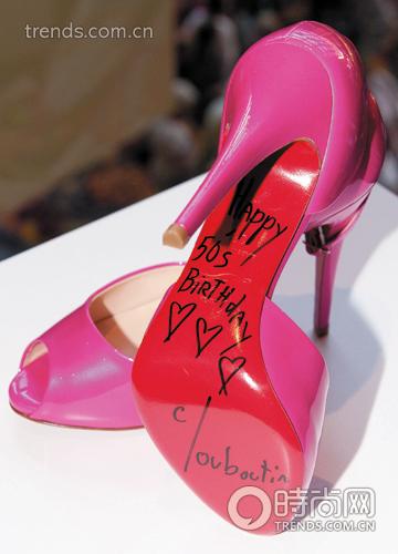 louboutin为芭比娃娃设计红底鞋