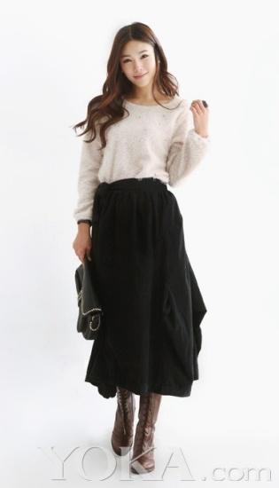 大长裙搭配一件简单的白色针织衫,优雅又淑女,还很显修长.