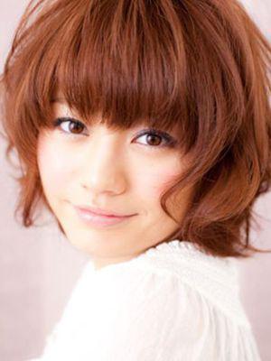 卷发也能将两侧的脸颊遮挡起来,这样看起来十分娇小可爱,也是瘦脸发型